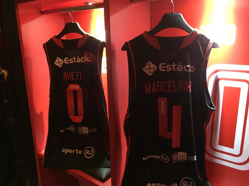 Camisas de Rhett e Marcelinho na simulação de vestiário dentro do Fla-Memória, decorado para o evento (Foto: Thales Soares)