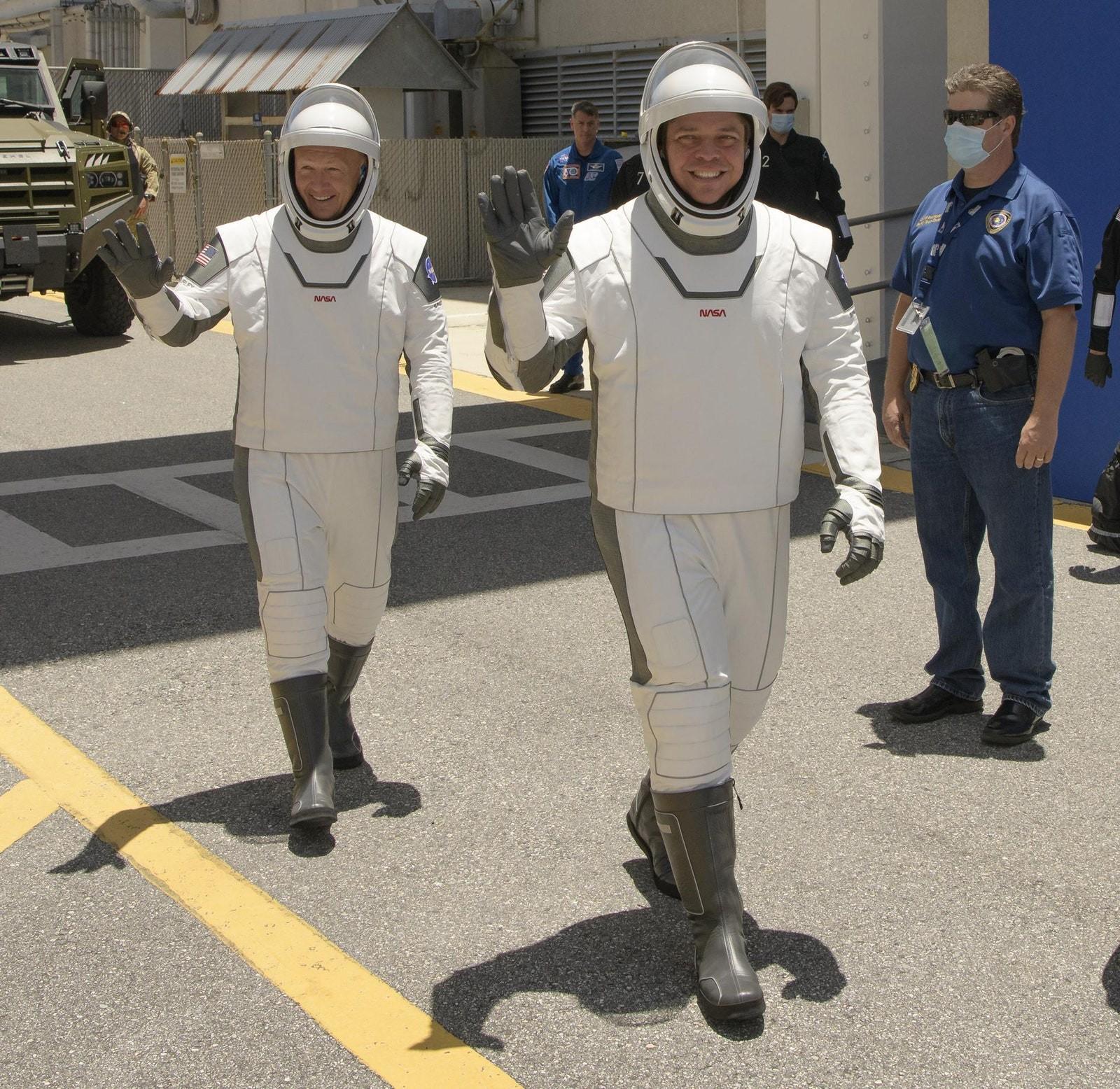 Astronautas da Space X em seus trajes espaciais