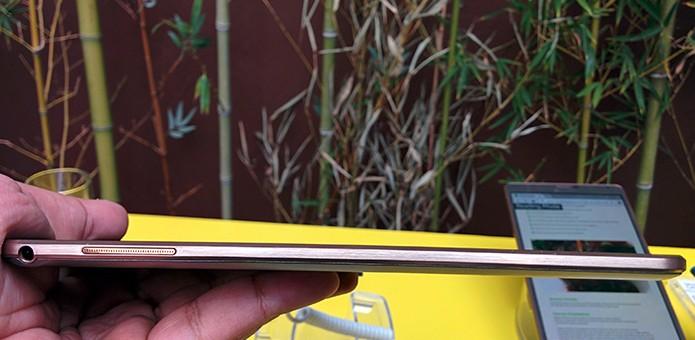 Os dois novos Galaxy Tab S são mais finos do que o iPad Air, com somente 6,6 mm de espessura (Foto: Paulo Alves/TechTudo) (Foto: Os dois novos Galaxy Tab S são mais finos do que o iPad Air, com somente 6,6 mm de espessura (Foto: Paulo Alves/TechTudo))