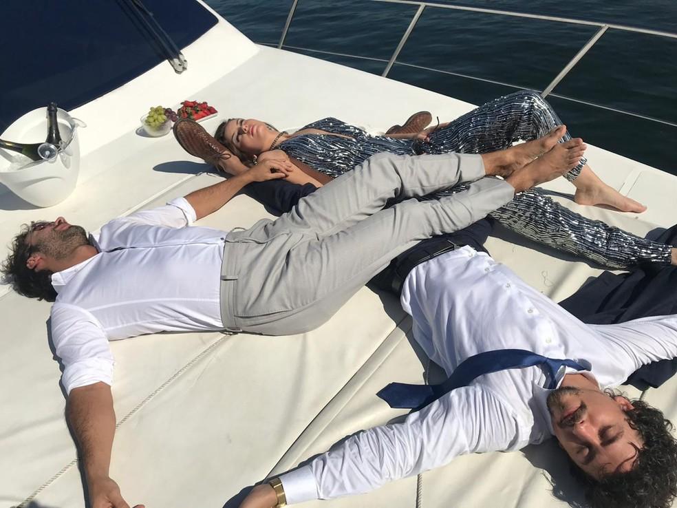 Jerônimo (Jesuíta Barbosa), Vanessa (Camila Queiroz) e Galdino (Gabriel Godoy) se reencontram e aproveitam a vida! — Foto: Tayná Tanaka/Globo