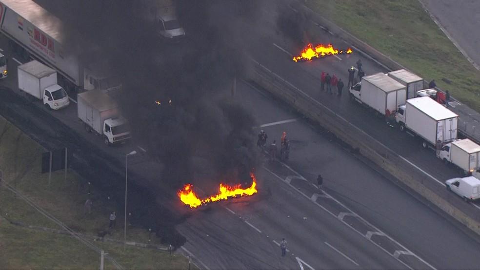 Protesto de caminhoneiros contra alta dos combustíveis interdita Rodovia Régis Bittencourt nos dois sentidos (Foto: Reprodução/TV Globo)