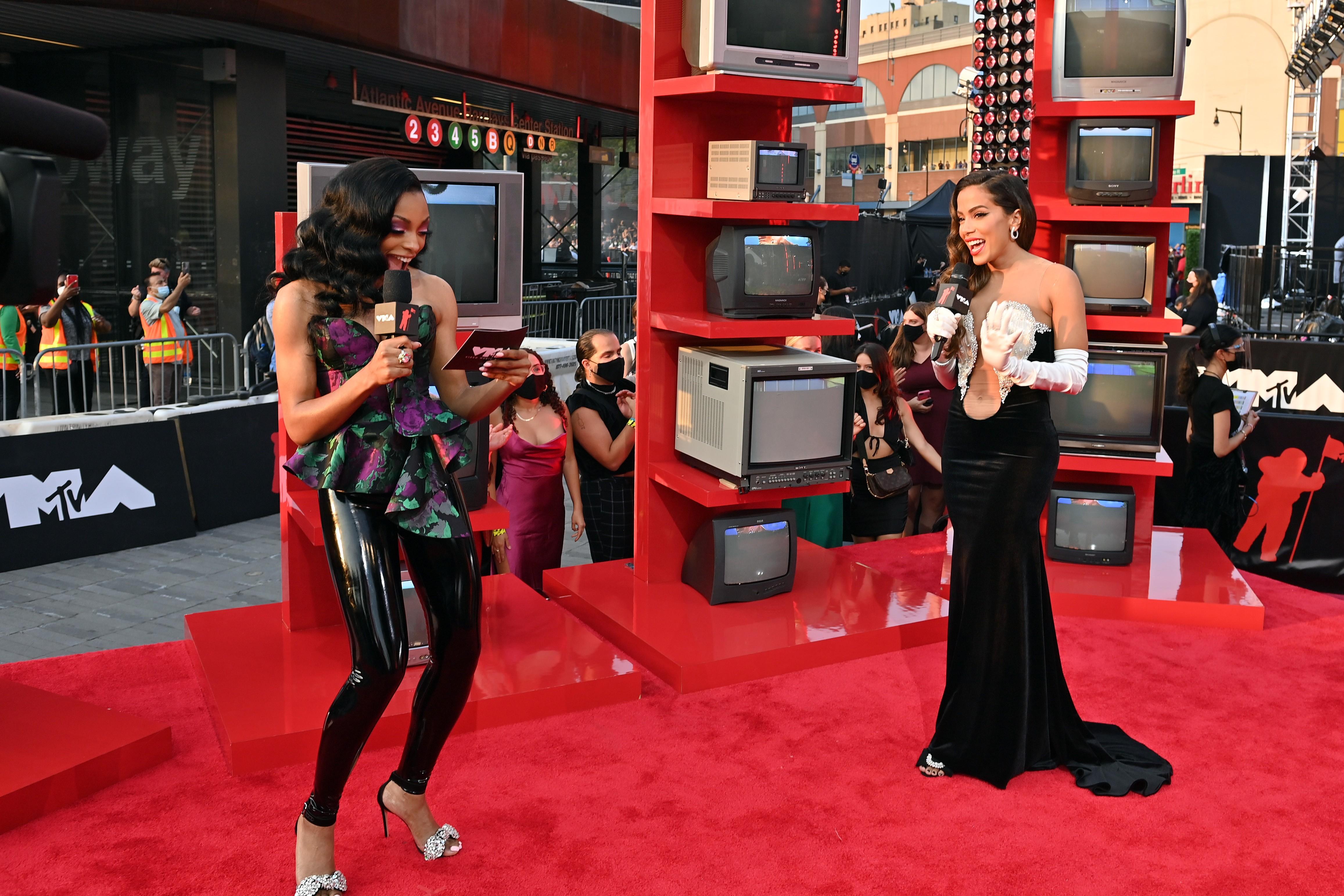 Jamila Mustafa e Anitta o VMA 2021 (Foto: Getty Images)