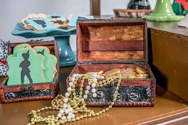 Decoração – Baús de madeira serviram para acomodar guloseimas e trouxeram à mesa um pouco da história de piratas, lutas, tesouros e conquistas.  (Foto: Thais Galardi/GNT)