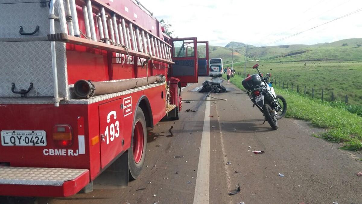 Motociclista morre carbonizado ao colidir contra ônibus e ficar preso na moto em chamas em Italva, no RJ