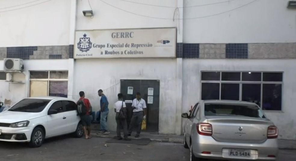 Três ônibus são assaltados em pontos diferentes de Salvador e casos são registrados no Gerrc — Foto: Reprodução/TV Bahia
