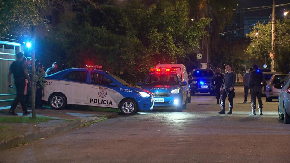 Polícia isolou a área do crime, no Recreio (Foto: Reprodução/TV Globo)