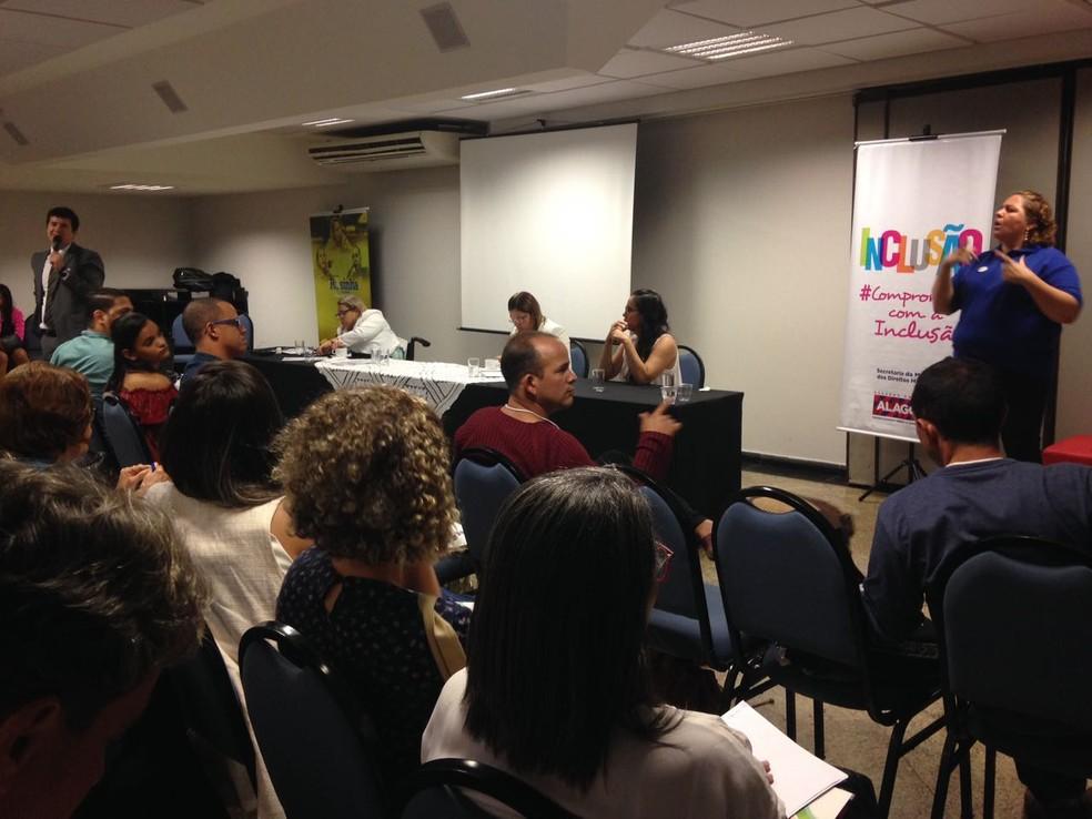Seminário contou com intérpretes para surdos e audiodescrição para cegos (Foto: Natália Normande/G1)