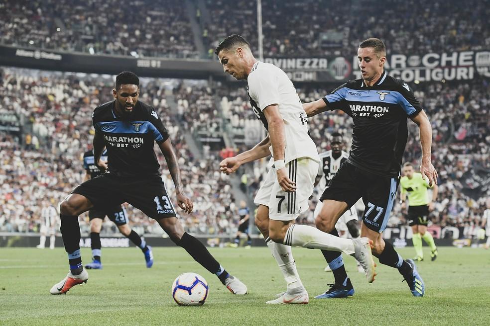 Wallace em ação contra Cristiano Ronaldo, na Itália — Foto: Daniele Badolato - Juventus FC/Juventus FC via Getty Images