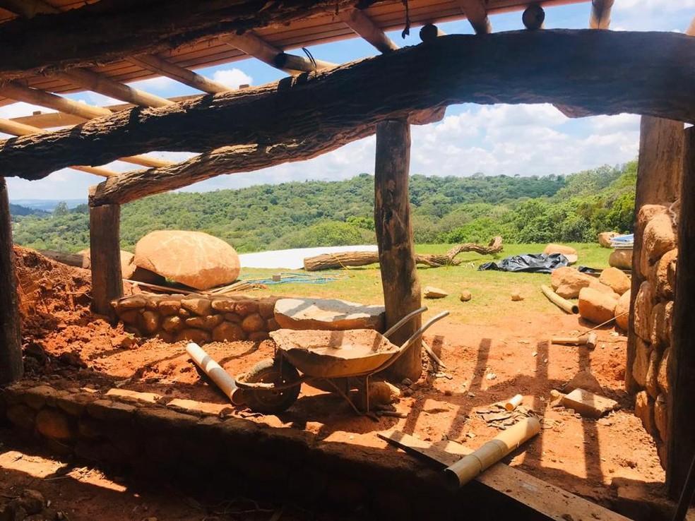 Árvores encontradas na mata próximo à casa de Meriele e Getúlio foram usadas na construção da casa — Foto: Arquivo pessoal