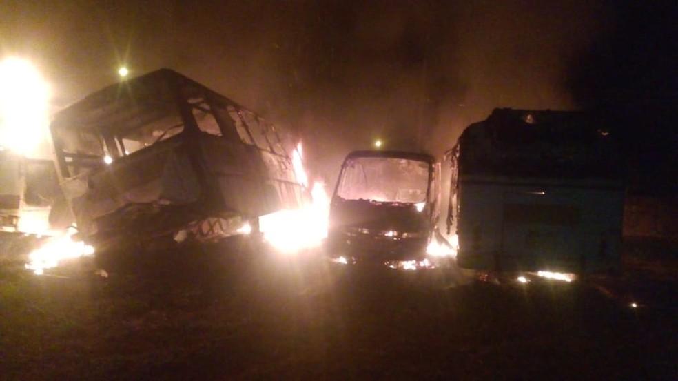 Vândalos colocaram fogo em cinco ônibus em Rio Branco (MT) (Foto: Divulgação)