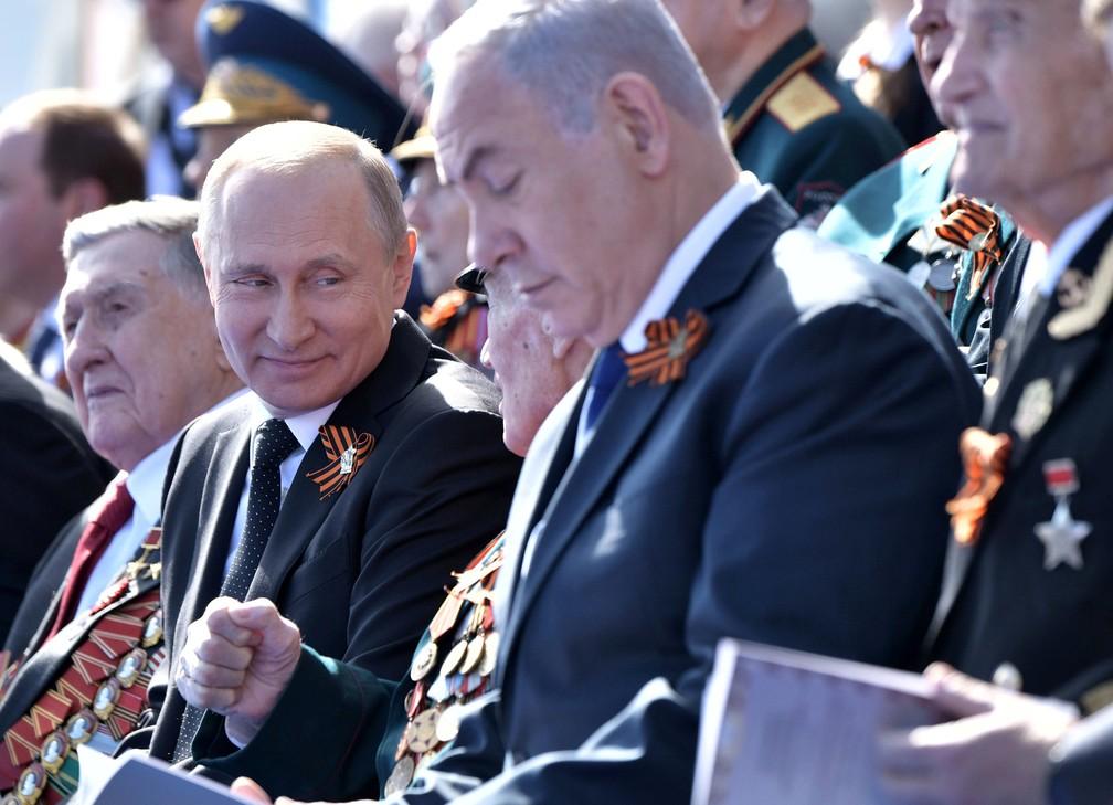 O presidente russo Vladimir Putin assiste a desfile militar nesta quarta-feira (9) em Moscou ao lado do premiê israelense Benjamin Netanyahu  (Foto: Sputnik/Alexei Nikolsky/Kremlin via Reuters)