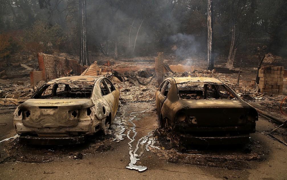Carros totalmente queimados são vistos após incêndio em Glen Ellen, na Califórnia, na segunda-feira (9) (Foto: Justin Sullivan/Getty Images/AFP)