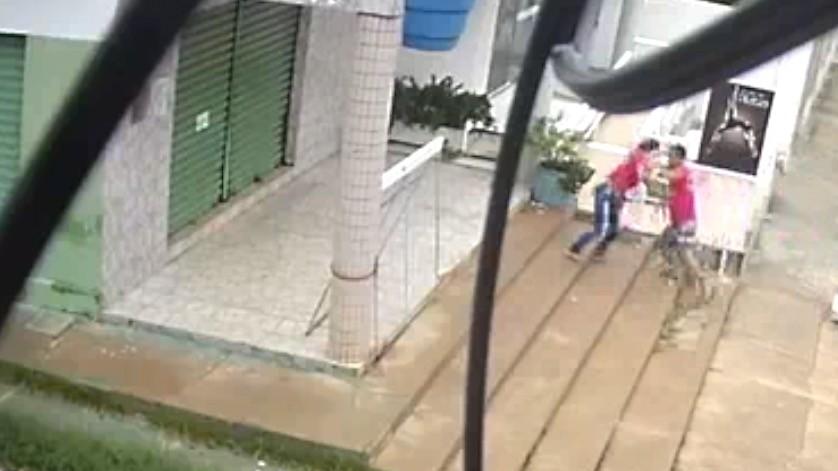 Acusado de feminicídio esperou vítima por mais de 40 minutos antes do crime; vídeo mostra ataque