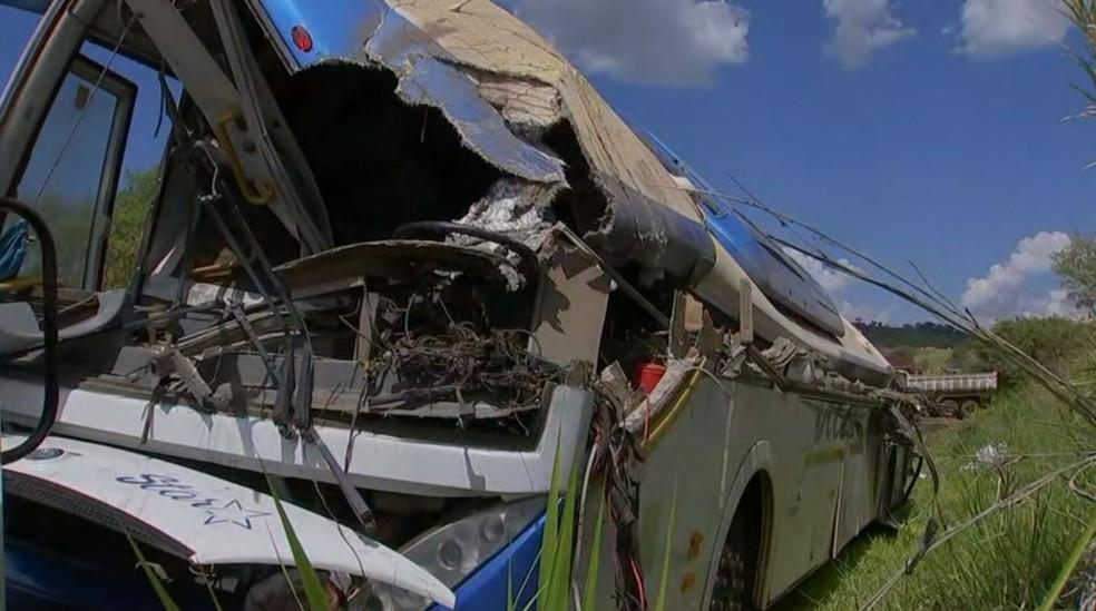 Acidente entre ônibus e caminhão deixou dezenas de mortos em rodovia de Taguaí (SP) — Foto: Reprodução/TV TEM