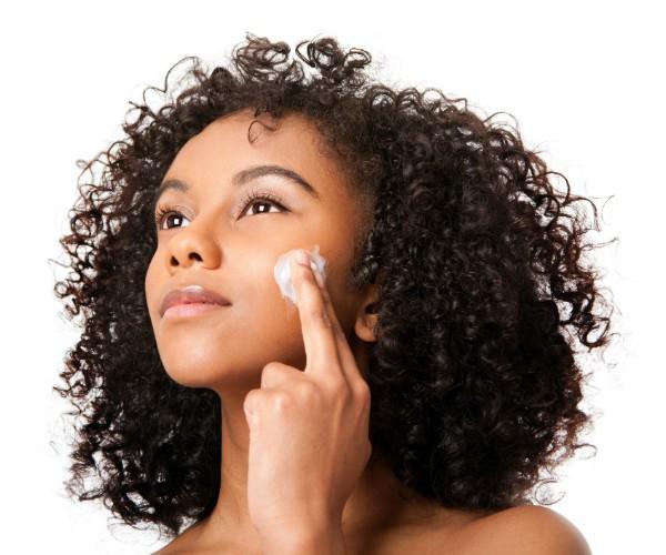 Limpeza, tonificação e hidratação diária são fundamentais para a prevenção da acne (Foto: Thinkstock)