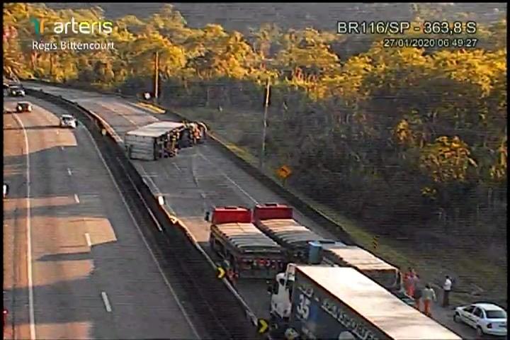 Caminhão tomba e causa congestionamento na Rodovia Régis Bittencourt