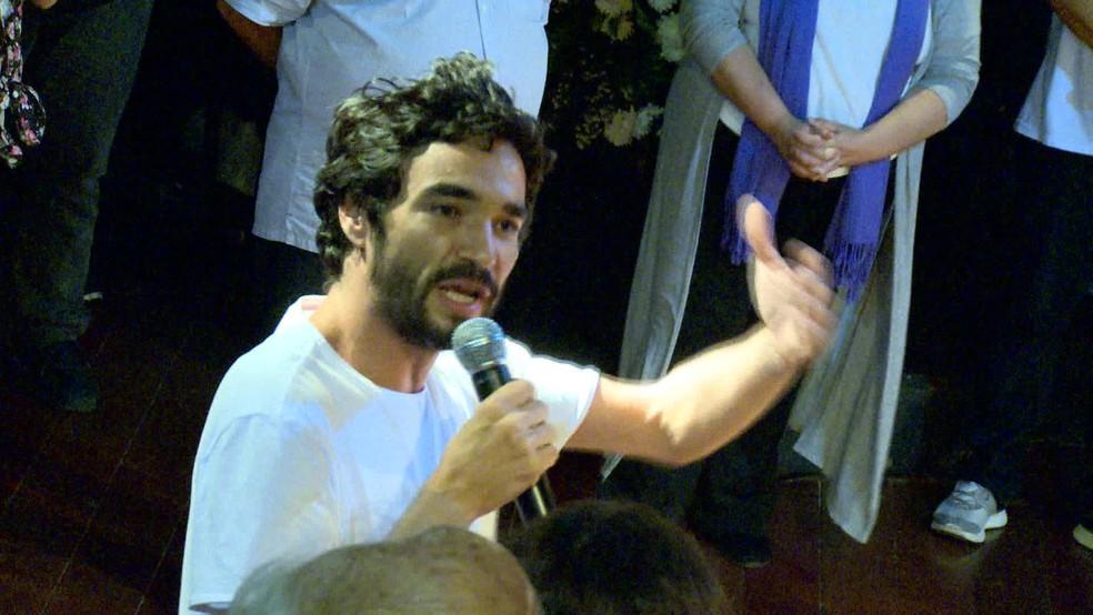 Caio Blat esteve no velório do diretor Domingos Oliveira, na noite deste sábado (23) — Foto: Reprodução / TV Globo