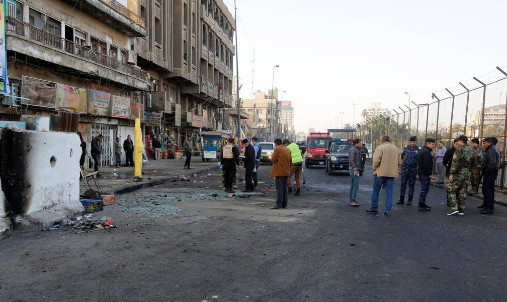 Forças de segurança iraquianas inspecionam local de ataque com bomba em Bagdá, nesta segunda-feira (15)  (Foto: Khalid al Mousily/ Reuters)
