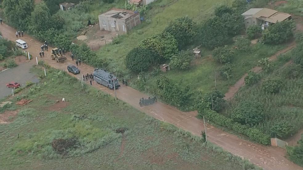 Confronto entre Polícia Militar e moradores de assentamento irregular na DF-001 (Foto: TV Globo/Reprodução)
