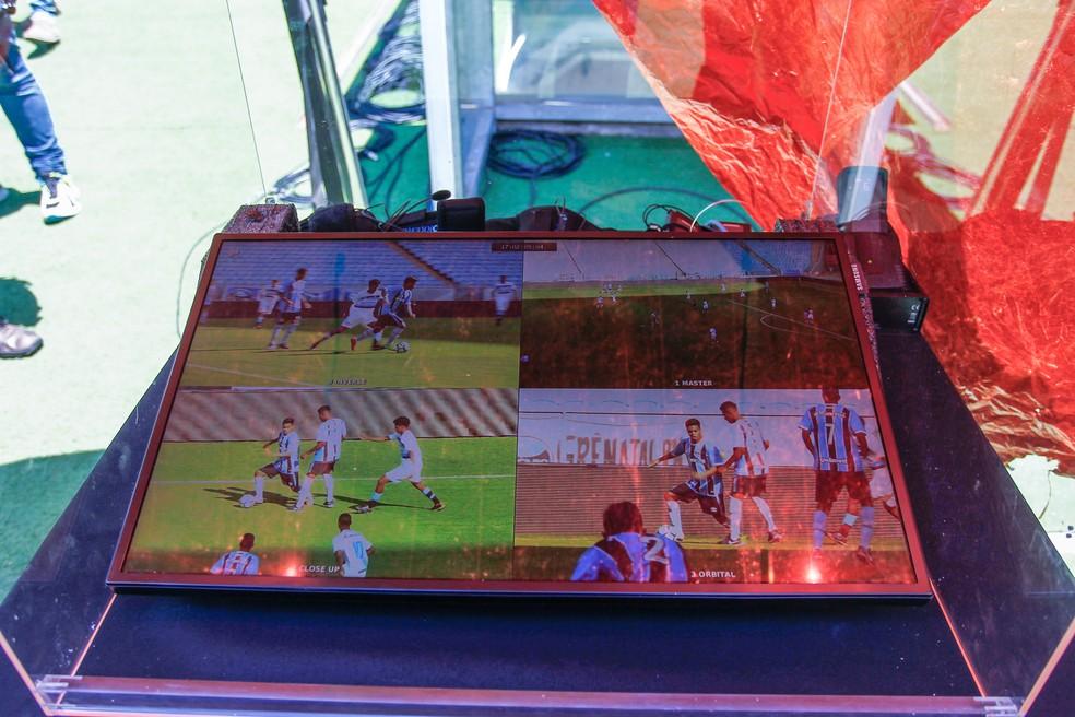 Monitor à beira do gramado apresenta quatro opções de câmeras ao árbitro (Foto: Lucas Uebel / Grêmio F.B.P.A.)