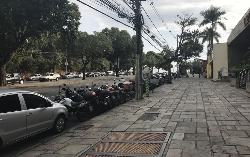 Avenida Abraão Caran, ao lado do Mineirão, na Pampulha; via é concentração de comércio no entorno do estádio (Foto: Marcella Gasparete/G1)
