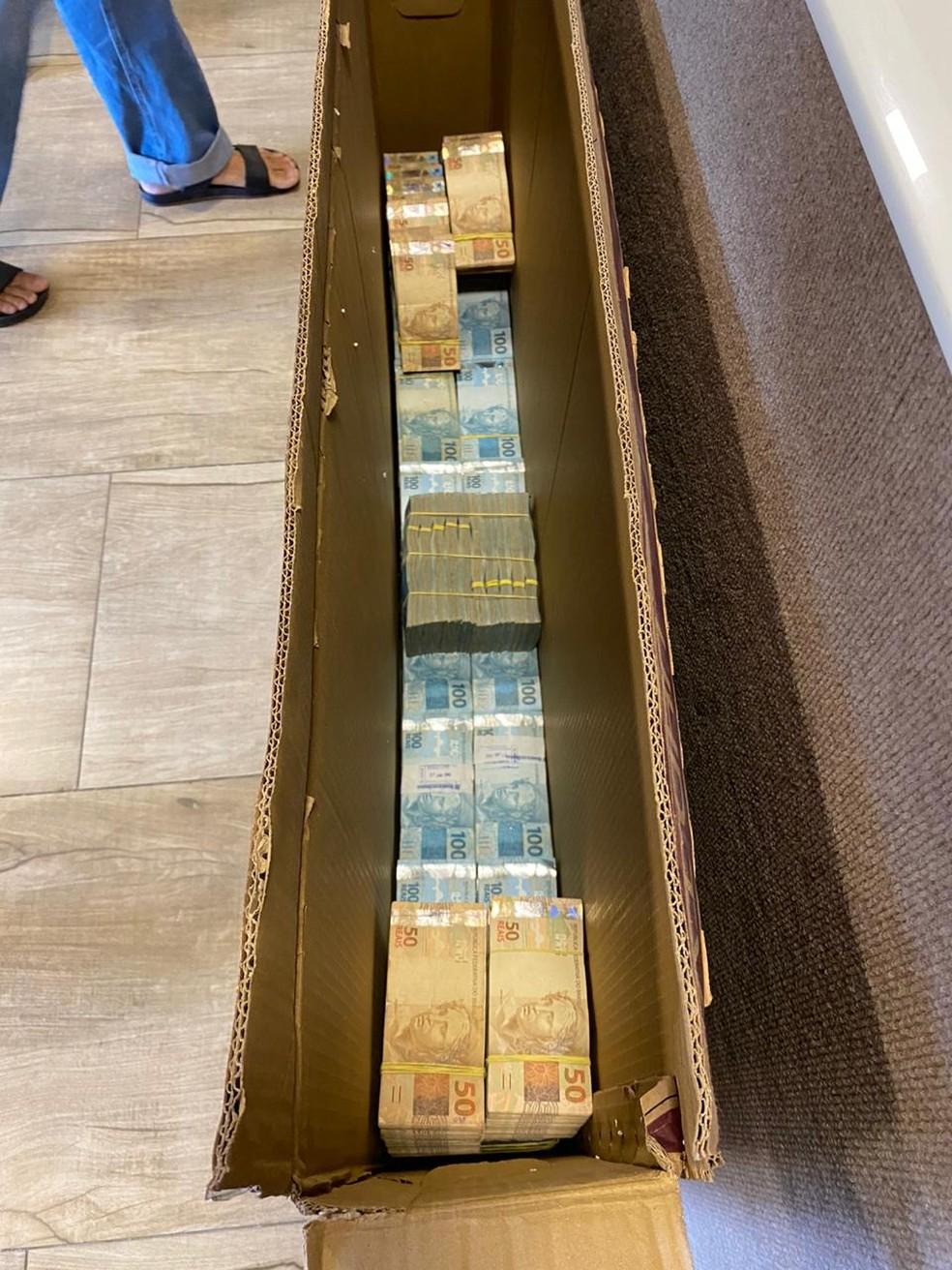 Operação da PF em Fortaleza e mais dois estados apreendeu dinheiro em espécie escondido dentro de caixa de TV. — Foto: Divulgação/PF