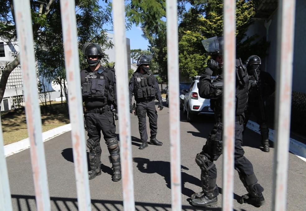 Policiais protegem entrada da Polícia Federal em Curitiba — Foto: Giuliano Gomes/ PR Press