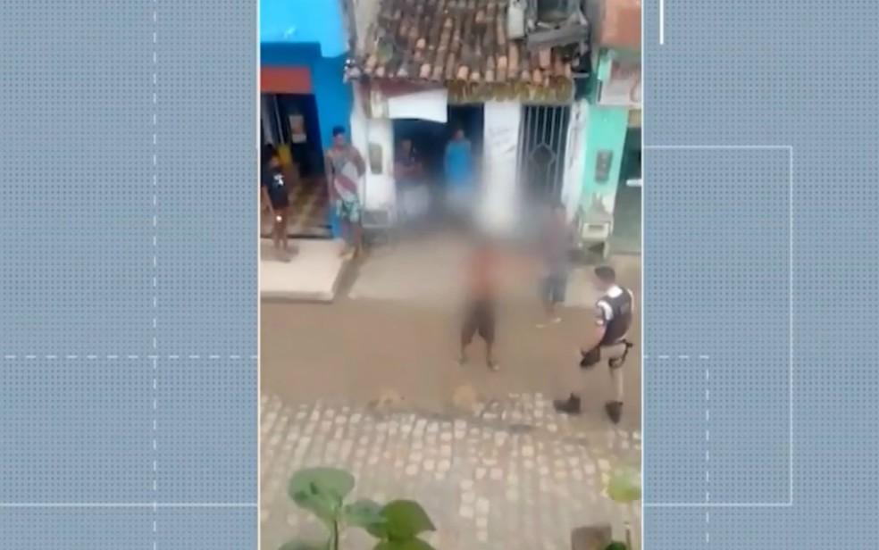 Policial agride homem em Itacaré, no sul da Bahia — Foto: Divulgação/ TV Santa Cruz
