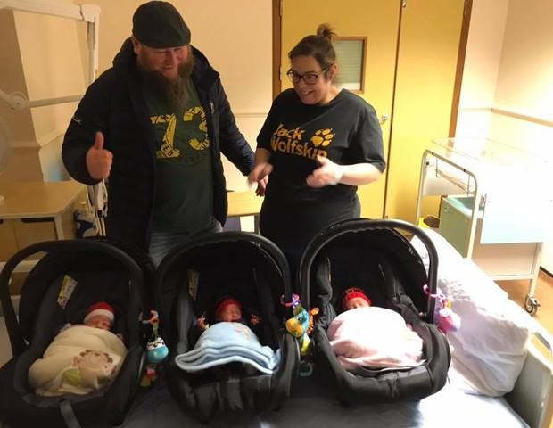 Beata, 36, o marido Pawl, 40, e seus três bebês, ainda na maternidade (Foto:  Reprodução Facebook)