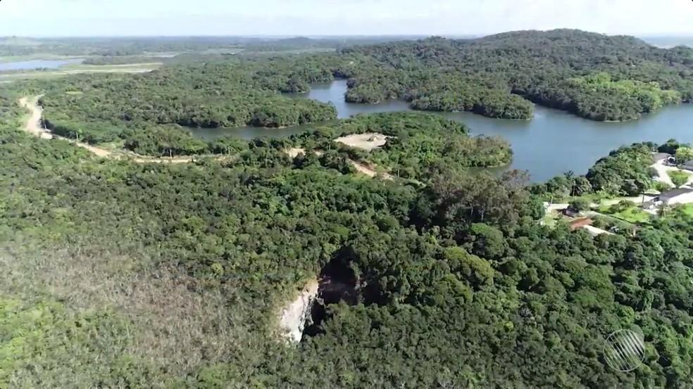 Vista aérea da região onde cratera gigante misteriosa se formou na Bahia (Foto: Reprodução/TV Bahia)