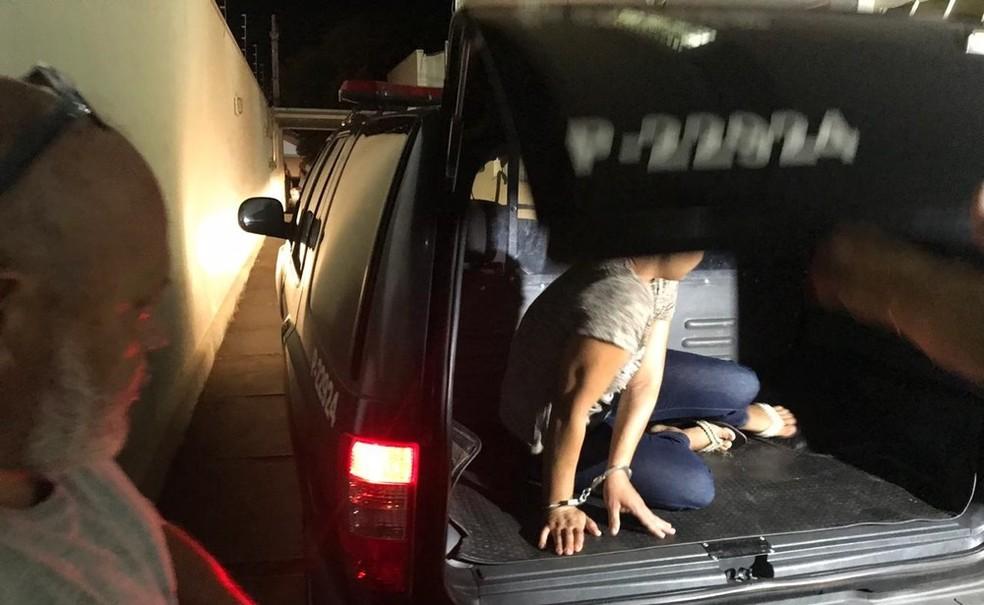 Suspeita foi presa depois de confessar ter batido a cabeça do filho de cinco anos em Valentil Gentil (SP) — Foto: Fernando Daguano/TV TEM