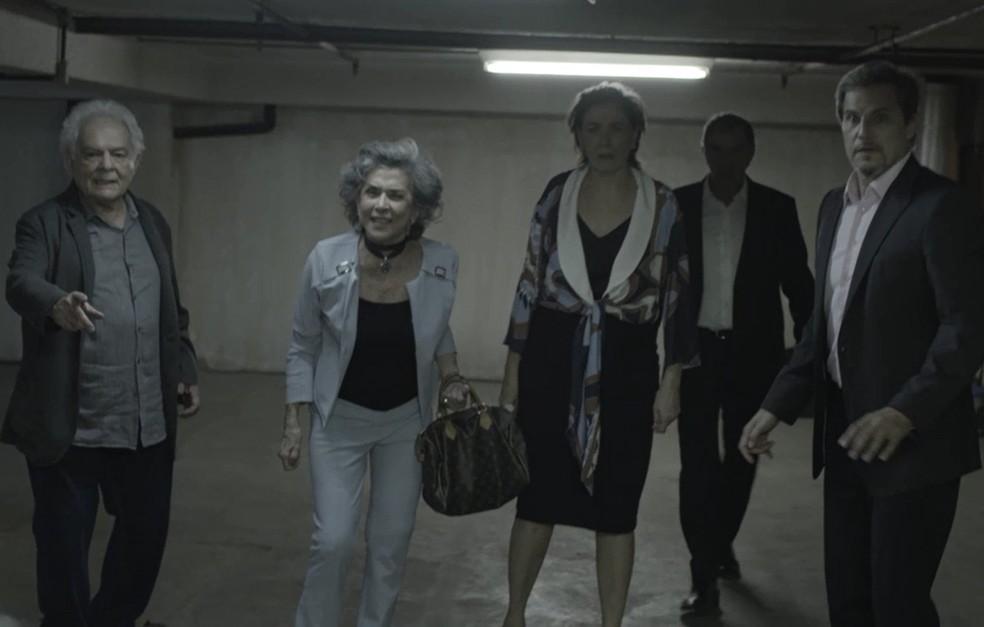Grupo cerca Irene (Foto: TV Globo)