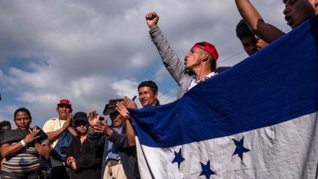 Caravana de migrantes latinos tenta cruzar fronteira dos EUA (Foto: AFP via BBC News Brasil)