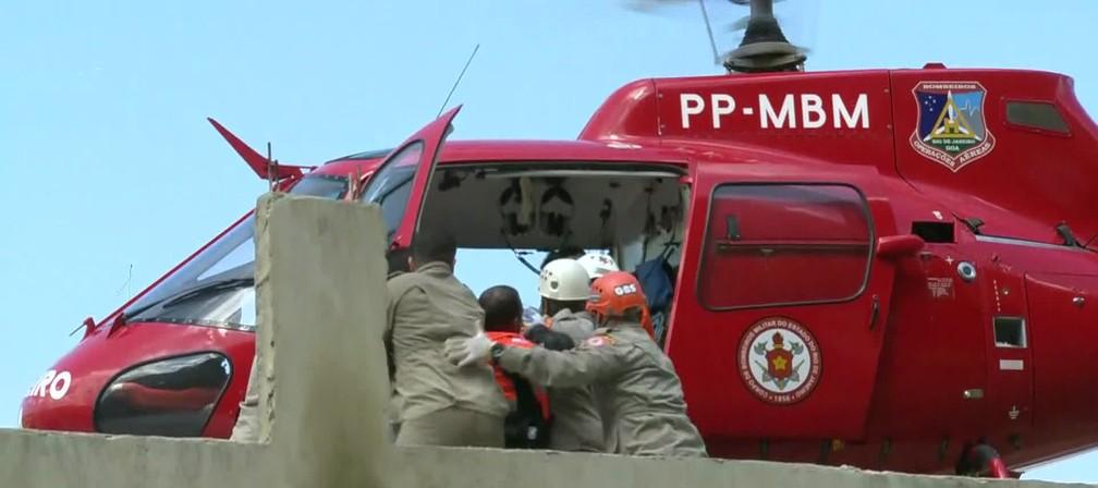 Bombeiros removem vítima com a ajuda de helicóptero no Rio — Foto: Reprodução/ TV Globo