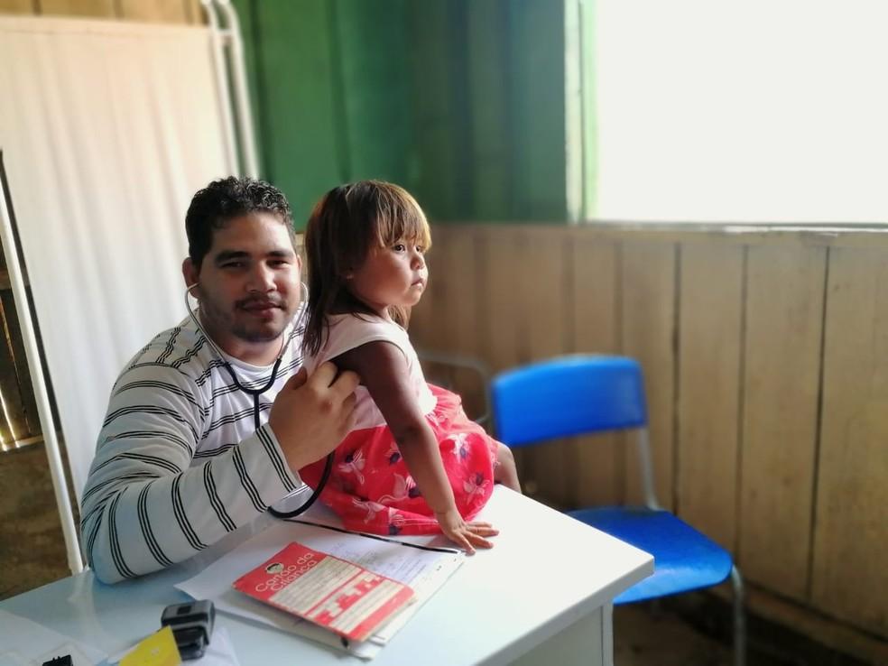 Médico cubano que atuava em aldeias indígenas está desempregado e aguarda nova oportunidade no Mais Médicos — Foto: Arquivo Pessoal / Miguel Martinez Elias