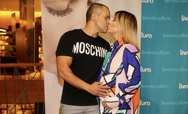 Bella Falconi recendo beijo do marido, Maguila (Foto: Manuela Scarpa/Brazil News)