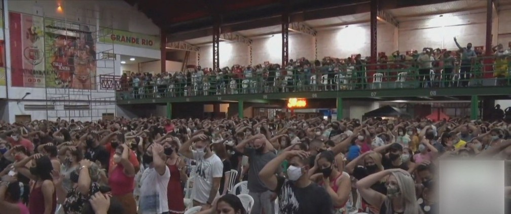 Culto na quadra da Grande Rio provoca aglomeração — Foto: Reprodução / TV Globo