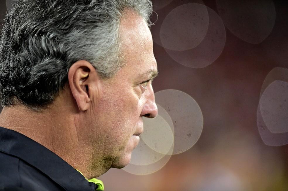 Abel Braga comandou o Flamengo na partida contra o Peñarol — Foto: André Durão / GloboEsporte.com