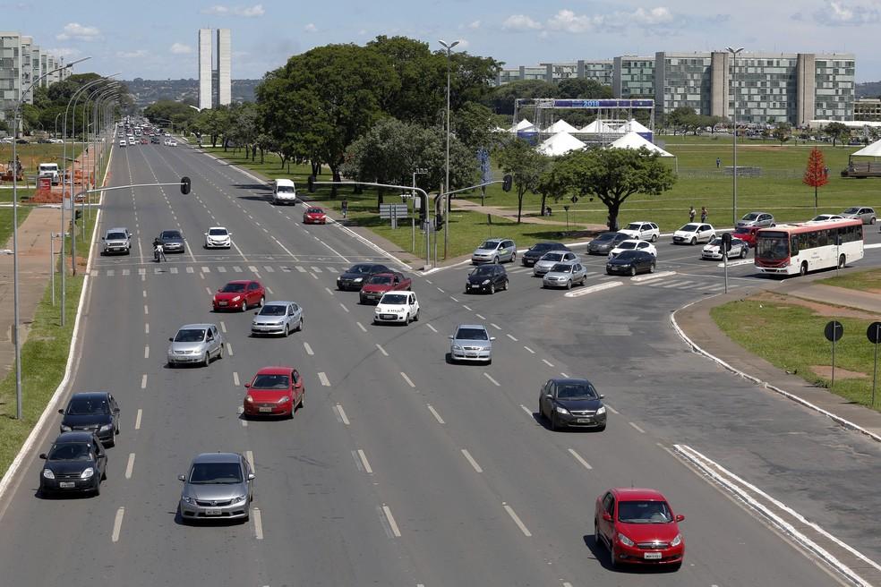 Carros na Esplanada dos Ministérios, em Brasília  — Foto: Dênio Simões/Agência Brasília