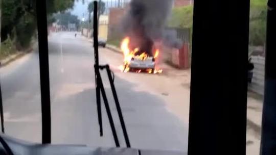 Carro pega fogo no bairro Colônia Santo Antônio, em Barra Mansa, RJ
