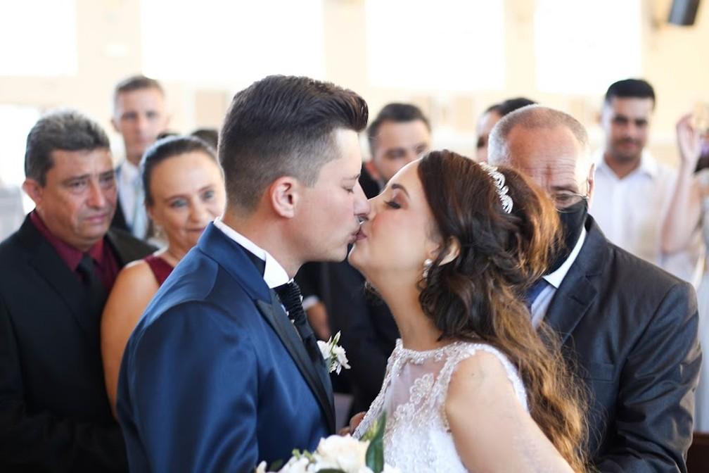 Jovem com câncer morre 10 dias após realizar sonho de se casar; 'O amor verdadeiro existe', diz irmão