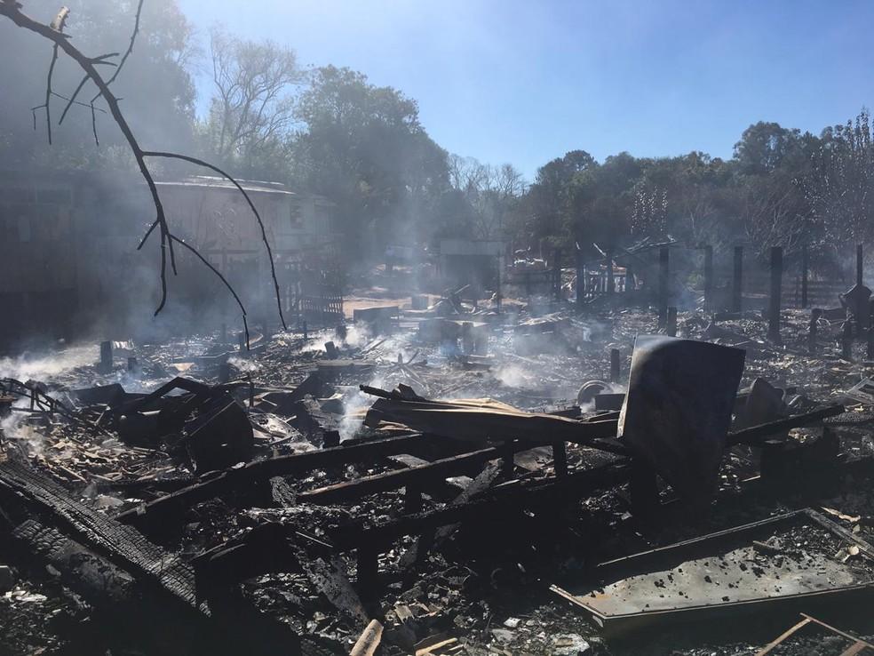 Causas do fogo serão investigadas. Famílias serão abrigadas em casas de parentes, em Passo Fundo  — Foto: Juliano Castro/RBS TV