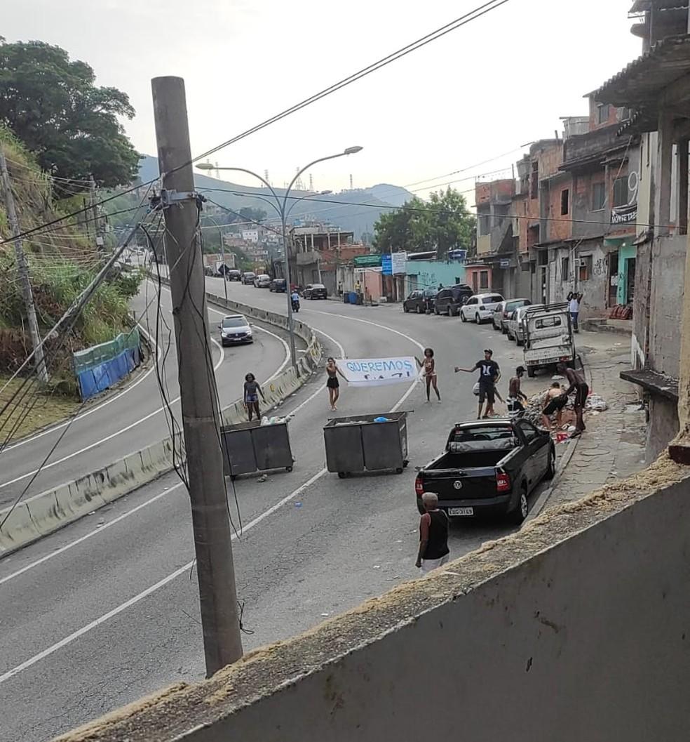 Moradores protestam após mulher ter sido baleada durante confronto entre policiais e criminosos no Lins, Zona Norte do Rio — Foto: Reprodução/ Redes sociais