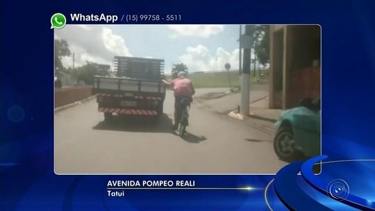 Ciclista é flagrado pegando carona na traseira de caminhão em avenida de Tatuí; vídeo