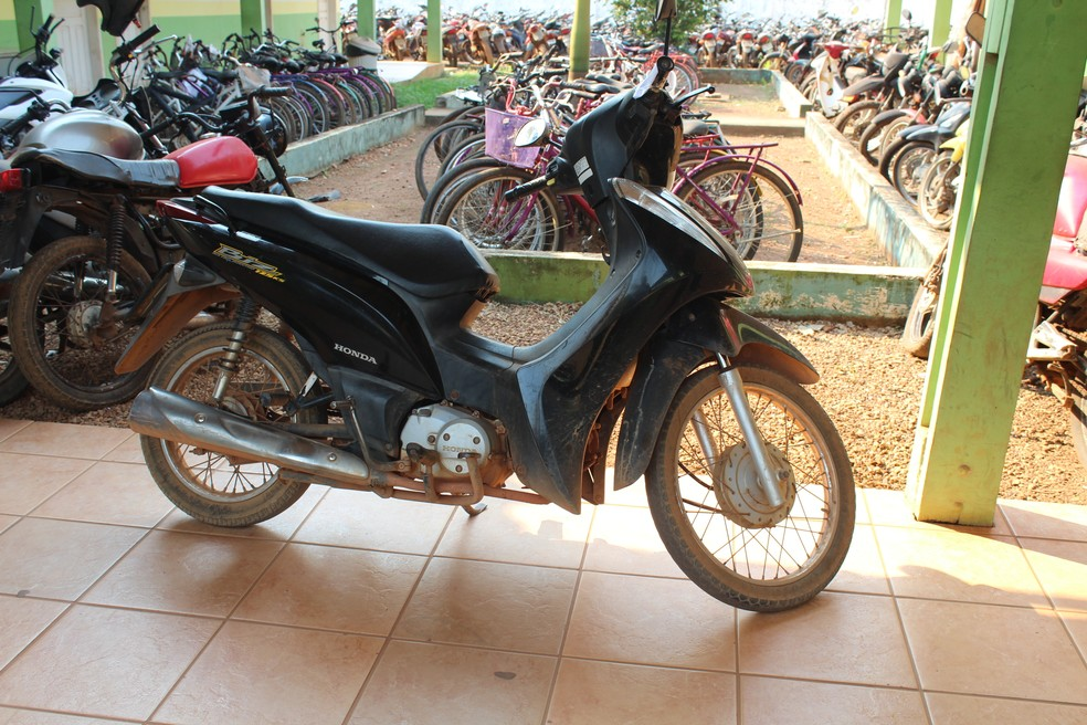 Moto roubada foi recuperada e será devolvida para a vítima  (Foto: Júnior Freitas / G1 RO )