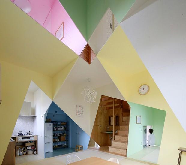 A Casa Ana, no Japão, contornos de compensado de madeira e cores criam efeito de muitos espaços em um (Foto: Reprodução)
