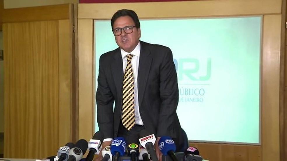 Rodrigo Dunhsee foi o único até aqui que tentou responder perguntas da imprensa — Foto: Reprodução / TV Globo