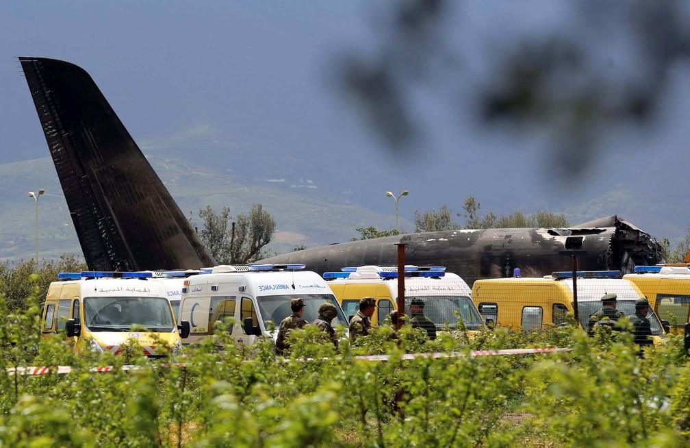 Avião caiu logo depois de decolar de uma base aérea próxima à capital Argel (Foto: Ramzi Boudina/Reuters)