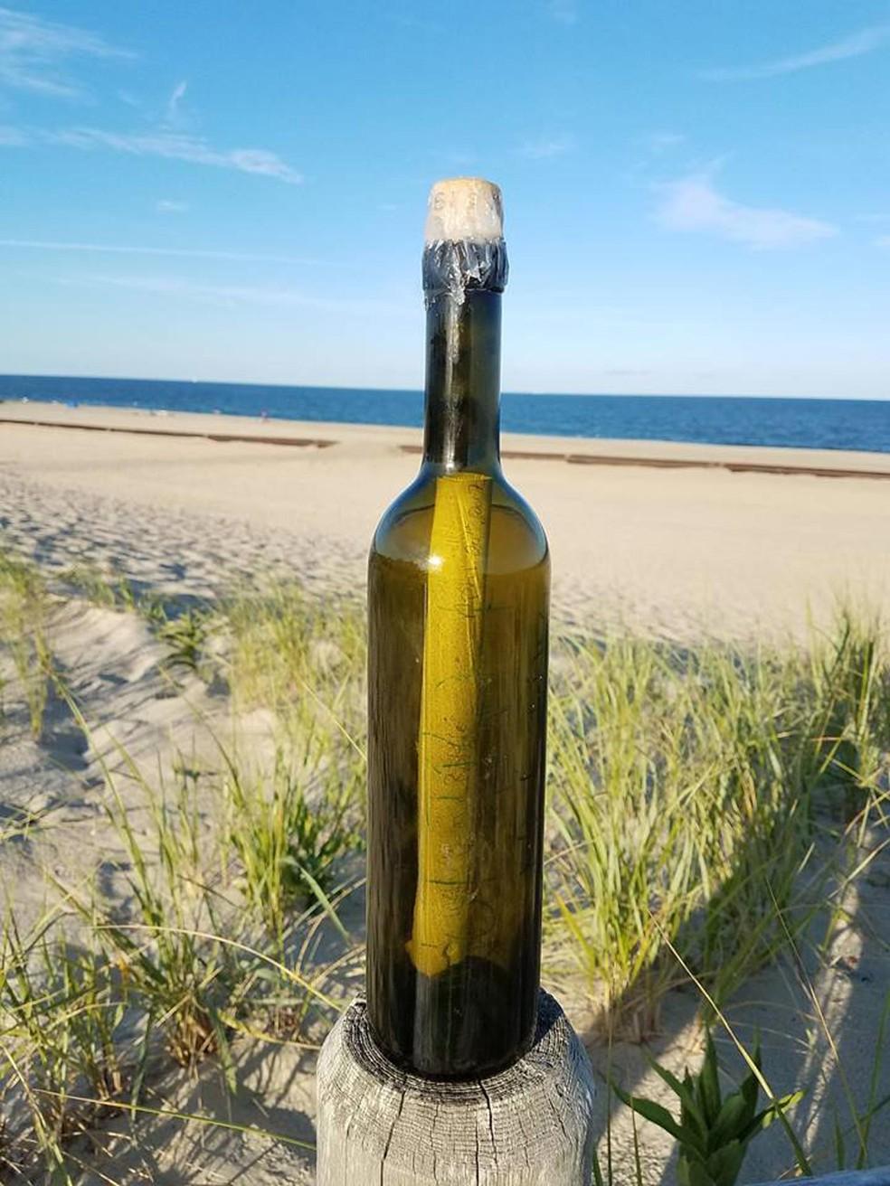 Mensagem em garrafa é achada por salva-vidas no litoral dos EUA (Foto: Harvey Cedars Beach Patrol/Facebook )