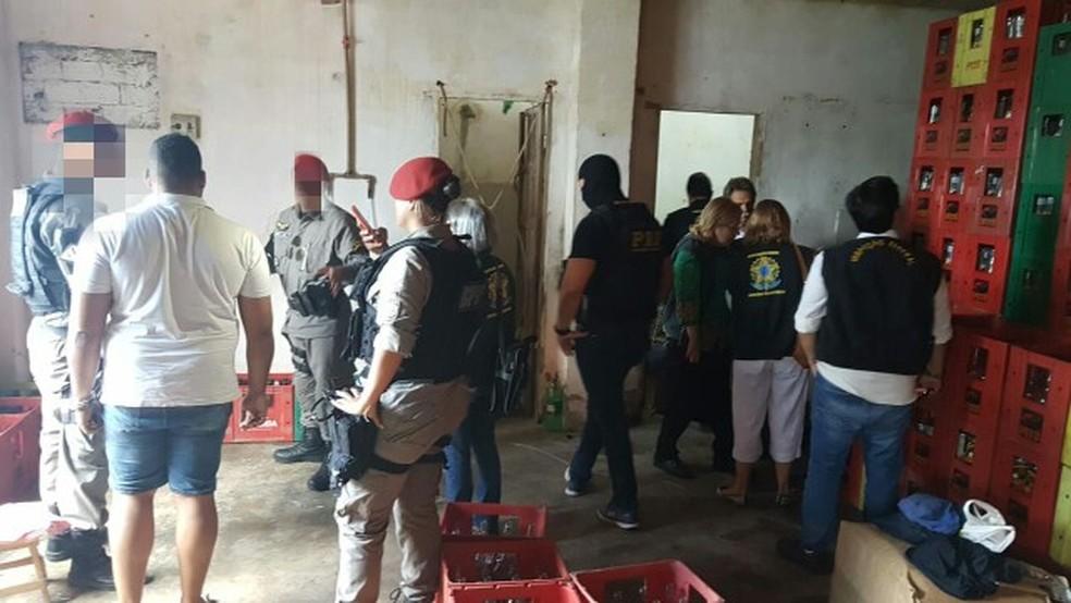 Policiais e técnicos do Ministério da Agricultura interditaram a fábrica em São Lourenço da Mata, no Grande Recife (Foto: Polícia Rodoviária Federal/Divulgação)